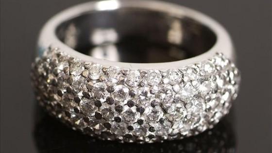 Anello in platino e diamanti.