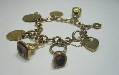 Ein Goldarmband mit 9-Karat Anhängern