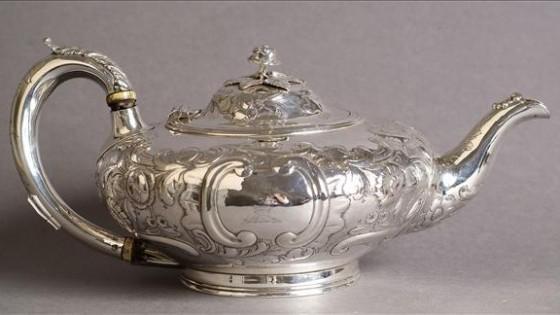 Un pot de thé circulaire du dix-neuvième siècle